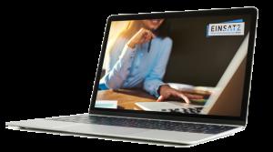 Laptop mit Frau im Hintergrund und Einsatz-Unternehmensberatung Logo